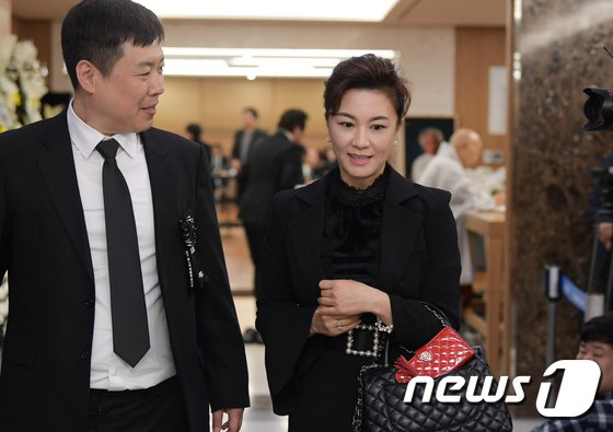 [사진]배우 김혜선, 신성일 빈소 조문
