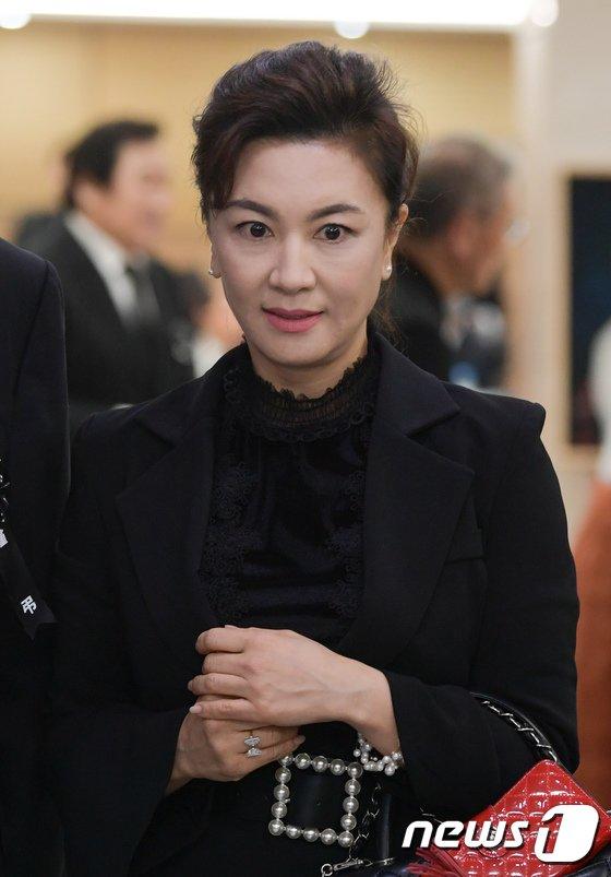 [사진]신성일 빈소 찾은 배우 김혜선