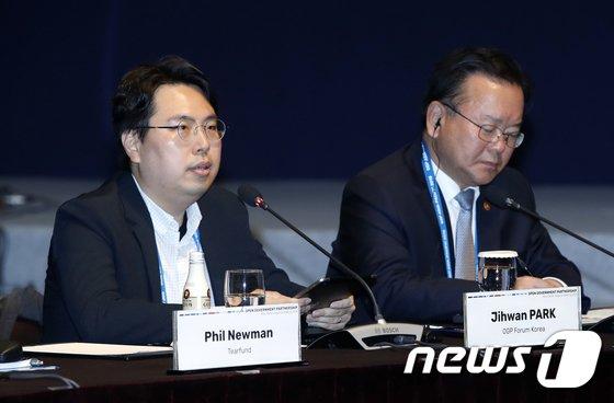 [사진]인사말하는 박지환 간사
