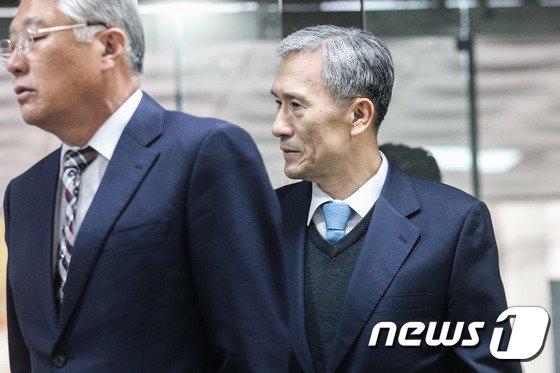 [사진]공판 출석하는 김관진 전 국방부 장관