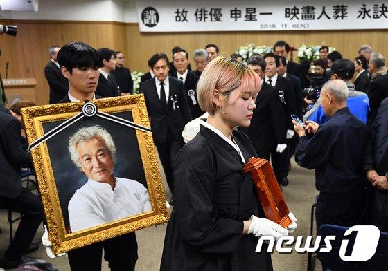 [사진]故신성일 작별의 길 함께하는 유족과 영화인
