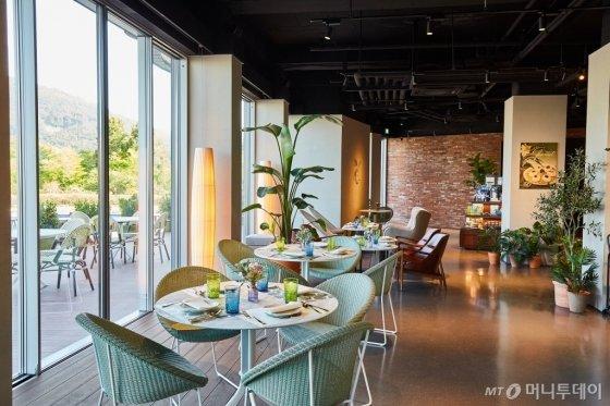 '아난티 남해'가 최근 선보인 '이터널 저니' 1층에 마련된 오픈 레스토랑. /사진제공=아난티<br />