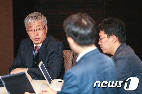 [사진]중견-중소기업 CEO 간담회 참석한 김현철 신남방정책특위원장