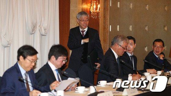 [사진]중견-중소기업 CEO 간담회 참석하는 김현철 위원장