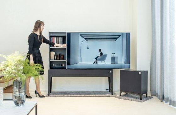 LG전자가 이번주부터 전국 베스트샵과 주요 백화점을 중심으로 LG 오브제를 판매한다. LG전자 모델이 LG 오브제 TV와 오디오를 소개하고 있다. /사진제공=LG전자