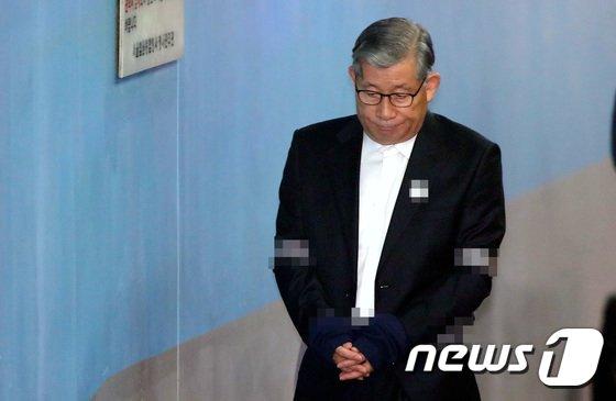 [사진]법정으로 향하는 배득식 전 기무사령관
