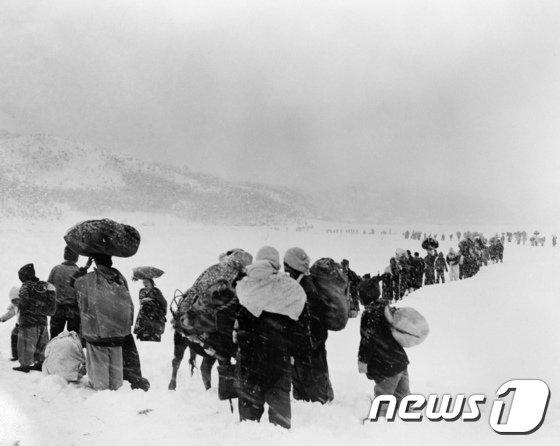 [사진]1950년 눈 뚫고 가는 피난민들