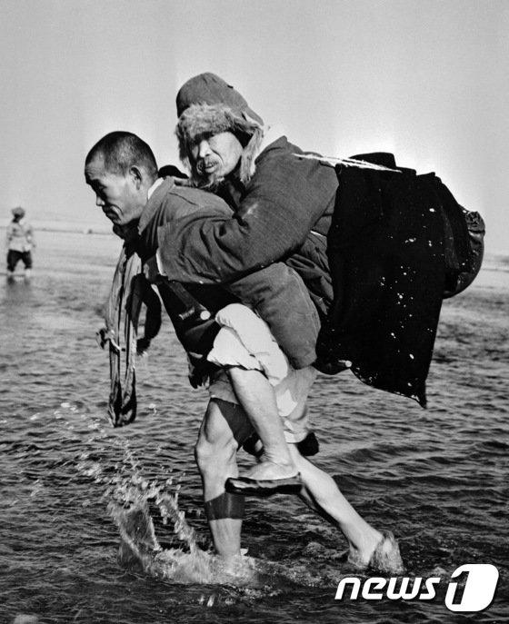 [사진]1950년 아버지를 업고 피난가는 아들