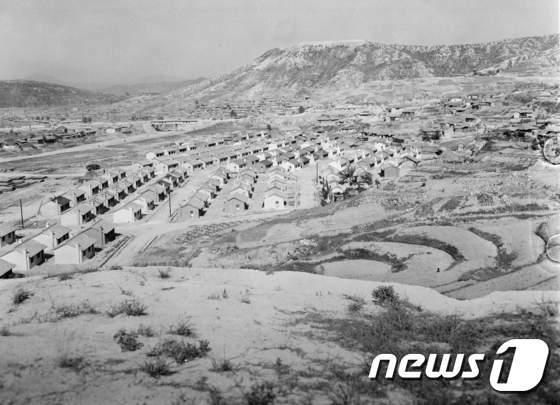 [사진]1954년 국제연합한국재건단 후원으로 지어지고 있는 주택들