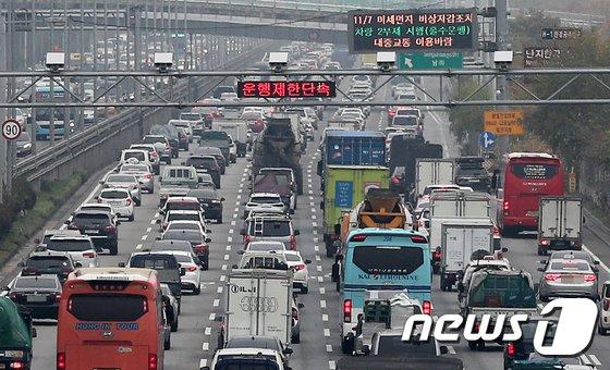[사진]미세먼지 비상저감조치, 노후경유차 운행 '첫 단속'
