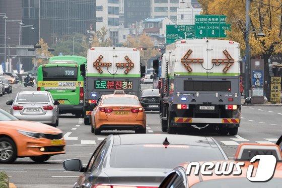 [사진]도로 분진 청소중