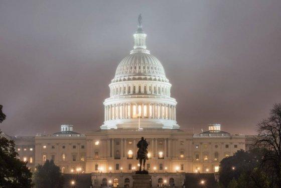 【워싱턴=AP/뉴시스】 미 중간선거가 실시되는 6일 새벽 수도 워싱턴의 연방 의사당 캐피틀 건물이 햇빛 여명 대신 안개에 싸여 있다. 이날 동부에는 비바람이 예보됐다. 이날 선거에서 연방 하원 435명과 상원 35명이 결정돼 제 116대 미 연방의회가 구성된다. 2018. 11. 6.        <저작권자ⓒ 공감언론 뉴시스통신사. 무단전재-재배포 금지.>