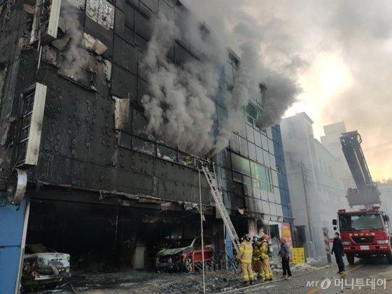 21일 오후 3시53분쯤 충북 제천시 하소동의 8층짜리 스포츠센터 건물에서 불이 나 소방당국이 진화 작업을 벌이고 있다.  화재로 현재까지 16명이 사망했다./사진=뉴스1