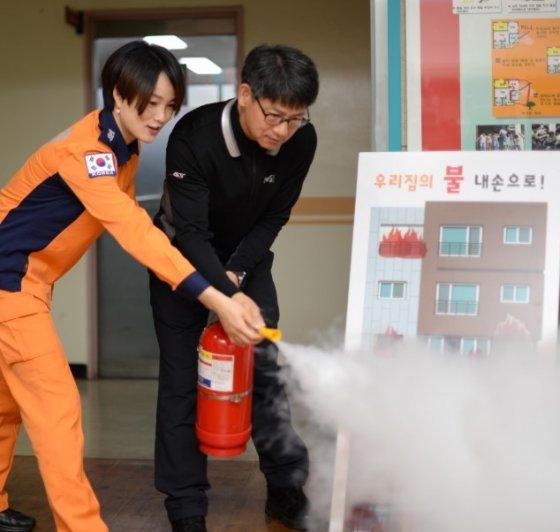 정경진 소방장(41)이 시민들을 대상으로 소화기를 분사하는 교육을 진행하고 있다./사진=서울 송파소방서