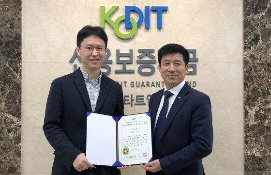 이준노 카닥 대표(사진 왼쪽)가 '퍼스트펭귄 창업 기업'에 선정된 후 김태형 신용보증기금 경기스타트업 지점장과 함께 기념 촬영을 하고 있다