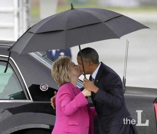 버락 오바마 미국 대통령과 힐러리 클린턴 민주당 대선후보가 2016년 11월5일(현지시간) 노스 캐롤라이나 샬럿에서 공동 유세 행사를 마친 후 헤어지기 전 서로 포옹하며 볼에 키스하려 하고 있다./사진=AP/뉴시스