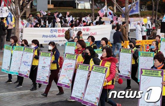 [사진]주말 도심 속 집회 '두 모습'