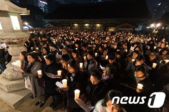 [사진]수능 촛불법회 모인 불자들