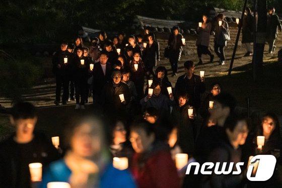 [사진]촛불들고 수능기도