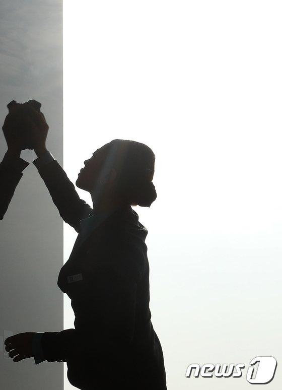 [사진]미세먼지, '닦아도 닦아도'