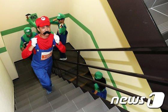 [사진]63빌딩 계단 오르는 슈퍼마리오