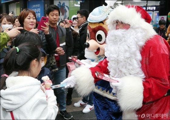 [사진]롯데월드 어드벤처, 눈 내리는 명동 '크리스마스 미라클'