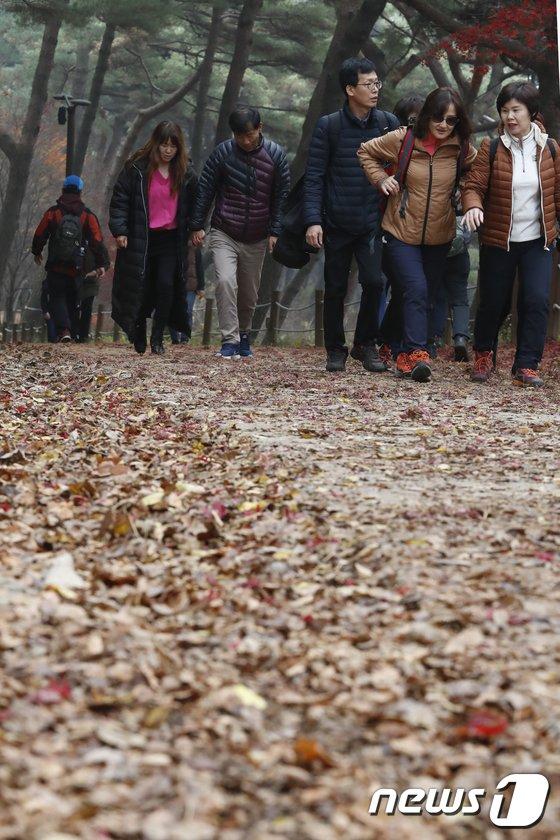 [사진]'낙엽 밟으며'