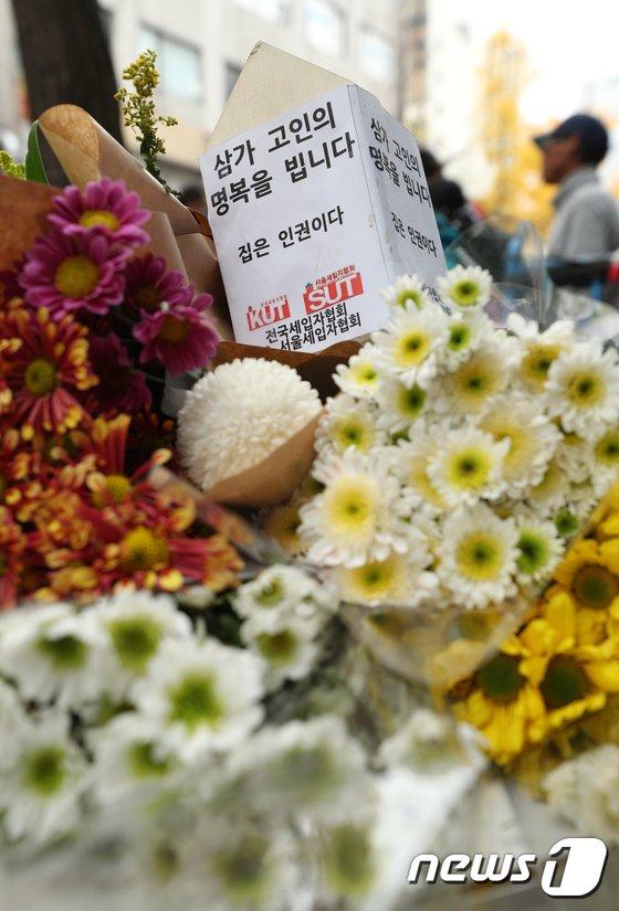 [사진]'화재' 고시원 앞에 놓인 추모꽃