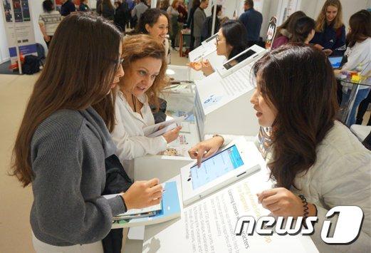 [사진] 2018 런던국제언어박람회 한글관 체험하는 외국인들