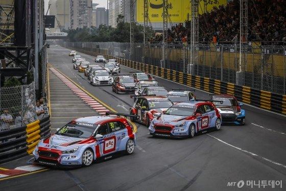 현대자동차 첫 판매용 경주용차 'i30 N TCR'이 지난 15~18일까지 마카오 기아서킷(Circuito da Guia)에서 진행된 2018 WTCR' 시즌 마지막 대회(10차전)에서 경주하고 있는 모습./사진제공=현대차