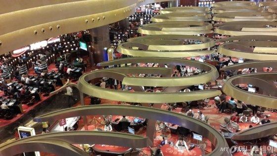 경제적 위기가 닥치자 싱가포르는 2005년 총리 주재로 카지노복합리조트 도입을 추진했다. 마이스(MICE, 국제회의와 전시회를 주축으로 한 유망 산업)를 세계적 수준으로 끌어올리겠다는 분명한 목적성과 지역 주민과의 대타협으로 일궈 낸 결과는 성공적이었다. 지난해 카지노 고객별 매출에서 VIP 마켓 매출이 18억 3400만 달러(약 2조 735억원)로 나타나 전년 대비 30.6% 성장률을 기록했다. 사진은 싱가포르 마리나베이샌즈 카지노.