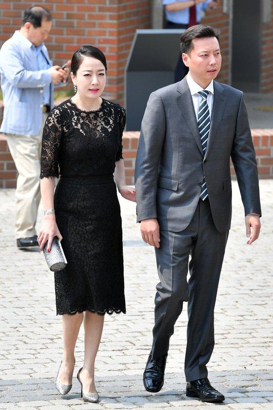 노현정 전 KBS 아나운서가 남편과 함께 지난해 6월16일 정몽준 아산재단 이사장의 장녀 정남이 아산나눔재단 상임이사의 결혼식에 참석하고 있다./ 사진=뉴스1