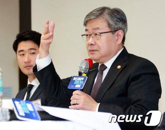 [사진]청년 일자리 설명하는 이재갑 장관