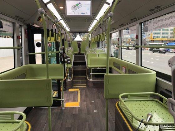 시범 투입된 405번 버스 내부. 평창동계올림픽 때 셔틀버스로 쓰였던 차량이라 노약자석 부분이 비어있다. 본격 투입될 때는 좌석으로 채워질 예정이다. /사진=이상봉 기자