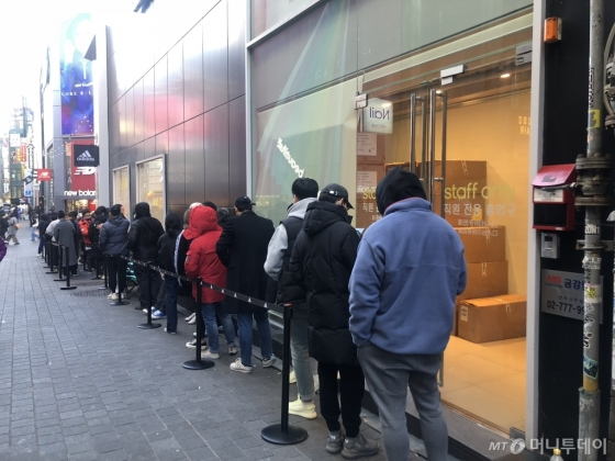 23일 오전 오픈을 앞둔 '아디다스 퍼포먼스 명동 직영점' 앞 모습/사진=양성희 기자