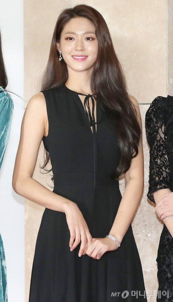 걸그룹 AOA 설현 28일 오후 인천 중구 파라다이스시티 호텔 아트스페이스·플라자에서 진행된 '2018 AAA(Asia Artist Awards)' 레드카펫에 참석해 포즈를 취하고 있다./사진=김휘선 기자