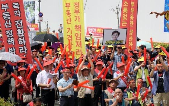 한국공인중개사협회 회원들이 지난 8월 정부세종청사 국토교통부 앞에서 열린 공인중개사무소 무차별 단속 중단 궐기대회에서 정부정책 전환을 촉구하는 구호를 외치고 있다. /사진=뉴스1