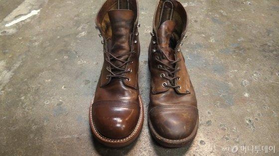 신발 손질 및 밑창 교체가 된 신발(왼쪽)과 손질이 안 된 신발(오른쪽) 비교 /사진=이상봉 기자