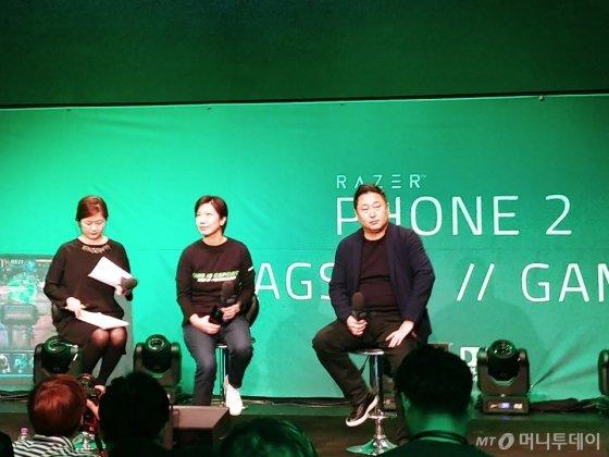 아이린 응 레이저 무선사업부 수석 부사장(가운데)과 이상수 ALT 대표가 30일 서울 서초동 '넥슨 아레나'에서 기자간담회를 갖고 '레이저폰 2'를 한국 시장에 공식 출시했다. / 사진=김지영 기자