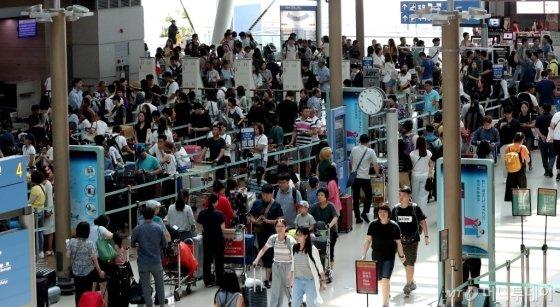 지난 여름 휴가철 인천국제공항 제1여객터미널이 해외로 출국하려는 여행객들로 붐비고 있다. /사진=김창현 기자<br> <br>
