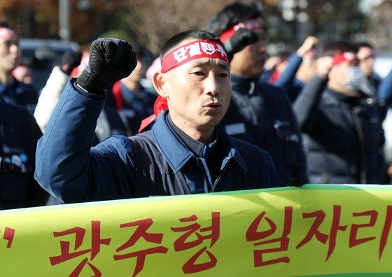 현대자동차 노조 조합원들이 5일 오전 현대차 울산공장 본관 앞에서 광주형 일자리에 반대하는 집회를 하고 있다. /사진=뉴스1