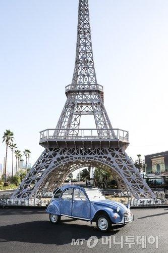 시트로엥이 1948년 선보였던 소형차 '2CV'가 '푸조 시트로엥 자동차 박물관' 앞에 서 있다./사진=한불모터스