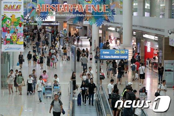 인천국제공항 제1여객터미널 면세점이 여행객들로 북적이고 있다.2018.8.13/뉴스1 © News1 구윤성 기자