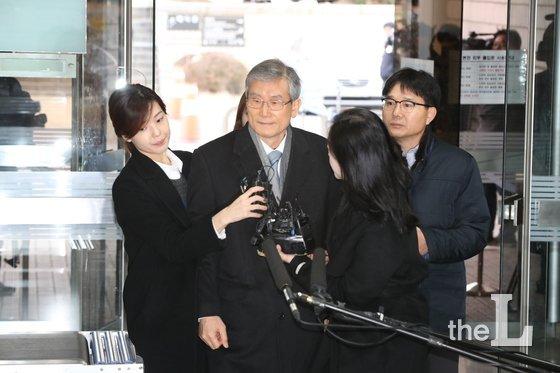 사법행정권 남용 혐의를 받고 있는 고영한 전 대법관이 영장실질심사를 받기 위해 6일 오전 서울 서초동 서울중앙지법으로 들어서고 있다.2018.12.6/뉴스1  <저작권자 &#169; 뉴스1코리아, 무단전재 및 재배포 금지>