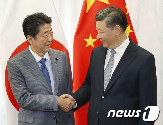 아베 신조(安倍晋三) 일본 총리(왼쪽)와 시진핑(習近平) 중국 국가주석. (자료사진) © AFP=뉴스1