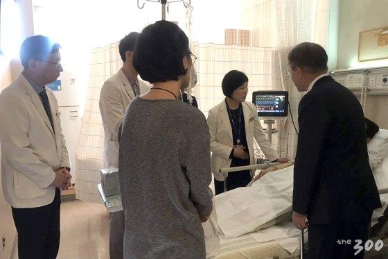 문재인 대통령은 7일 기획재정부 김 모 서기관이 입원한 병원을 찾아 그의 부인, 의료진과 함께 대화했다./사진=청와대 제공