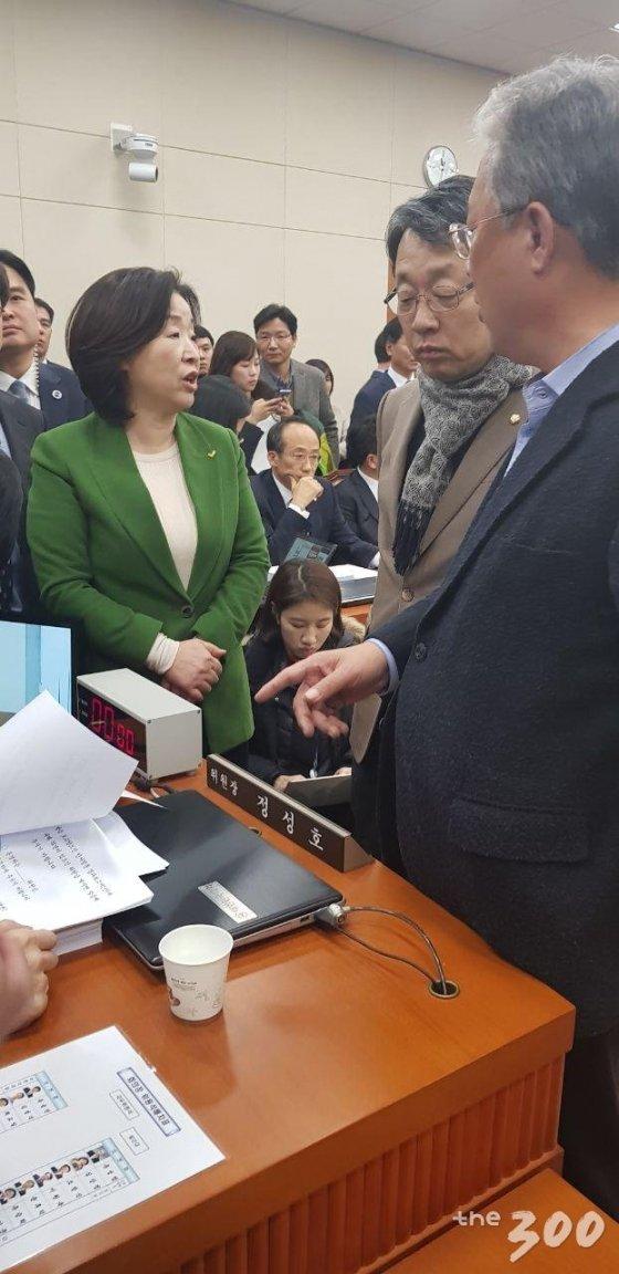 7일 열린 국회 기획재정위원회 전체회의에서 예산부수법안 처리를 반대하는 야3당 의원들 모습. /사진=조준영 기자