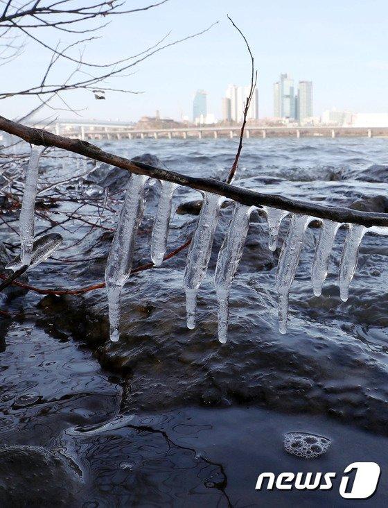 [사진]북극한파에 고드름 매달린 한강
