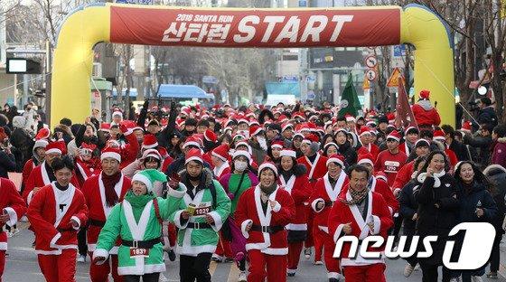 [사진]산타 '신촌을 달리다'
