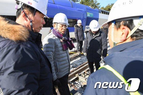 [사진]KTX 탈선사고 현장 찾은 국토부 2차관